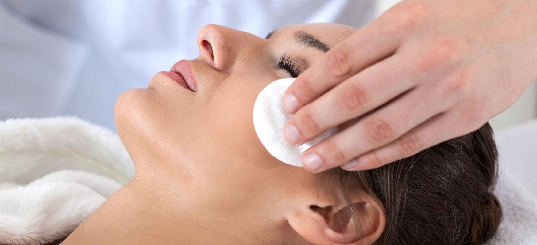 Oczyszczanie twarzy: ukosmetologa czywdomu?